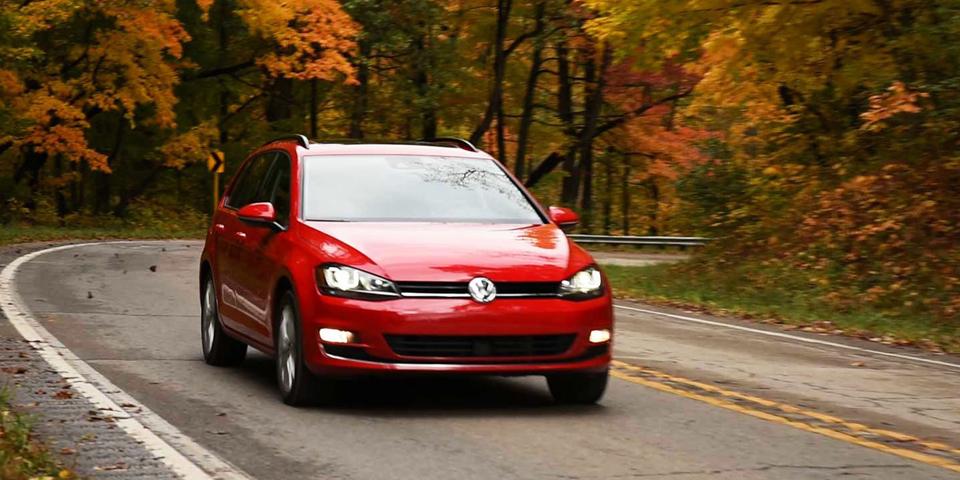 2016-Volkswagen-Golf-SportWagen-Driving-01
