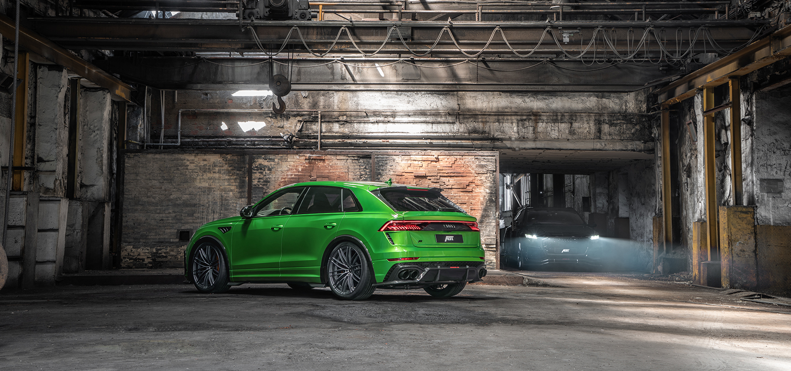 ABT_RSQ8-R_green_HR23_building_rear_diagonally