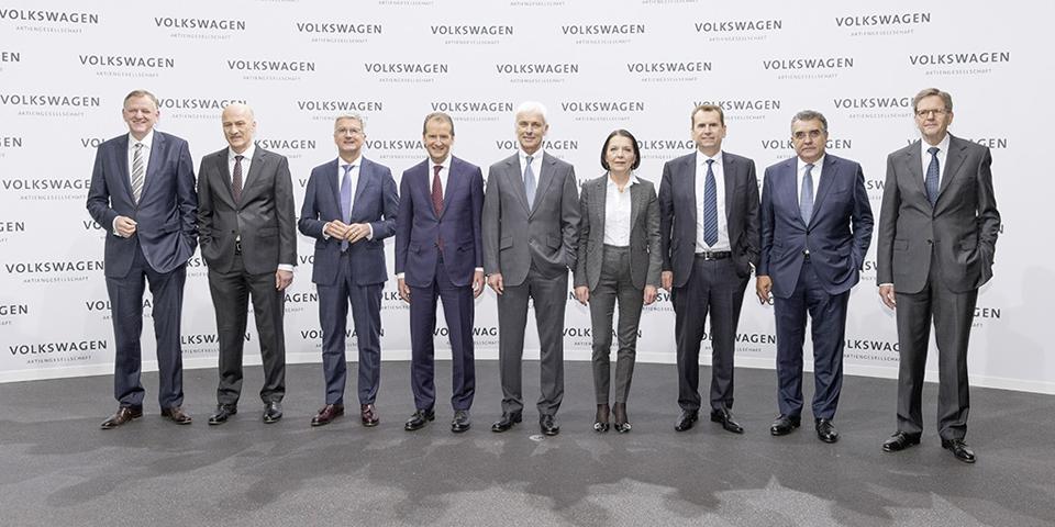 """Andreas Renschler, Mitglied des Vorstands der Volkswagen AG, Geschäftsbereich 'Nutzfahrzeuge', Frank Witter, Mitglied des Vorstands der Volkswagen AG, Geschäftsbereich Finanzen und Controlling, Rupert Stadler, Mitglied des Vorstands der Volkswagen AG, Dr. Herbert Diess, Vorstandsvorsitzender der Marke Volkswagen, Matthias Müller, Vorstandsvorsitzender Volkswagen AG, Dr. Christine Hohmann-Dennhardt, Mitglied des Vorstands der Volkswagen AG, Geschäftsbereich ?Integrität und Recht?, Dr. Karlheinz Blessing, Mitglied des Vorstands der Volkswagen AG, Geschäftsbereich 'Personal und Organisation', Dr. Francisco Javier Garcia Sanz, Mitglied des Vorstands der Volkswagen AG, Geschäftsbereich ?Beschaffung"""", und Prof. Dr. Jochem Heizmann, Mitglied des Vorstands der Volkswagen AG für den Geschäftsbereich 'China'"""