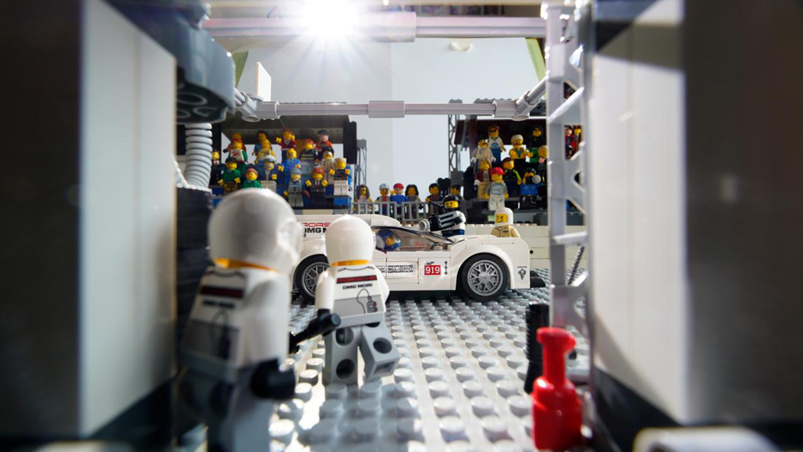 low_919_hybrid_in_the_pits_recreation_with_lego_by_dominic_fraser_2020_porsche_ag