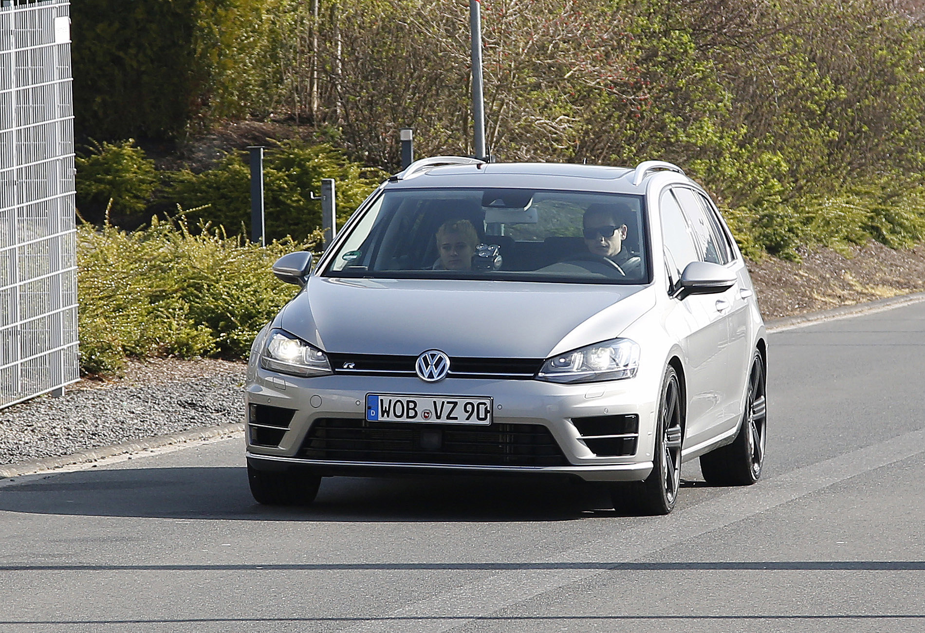 volkswagen-golf-r-variant-wagon-001