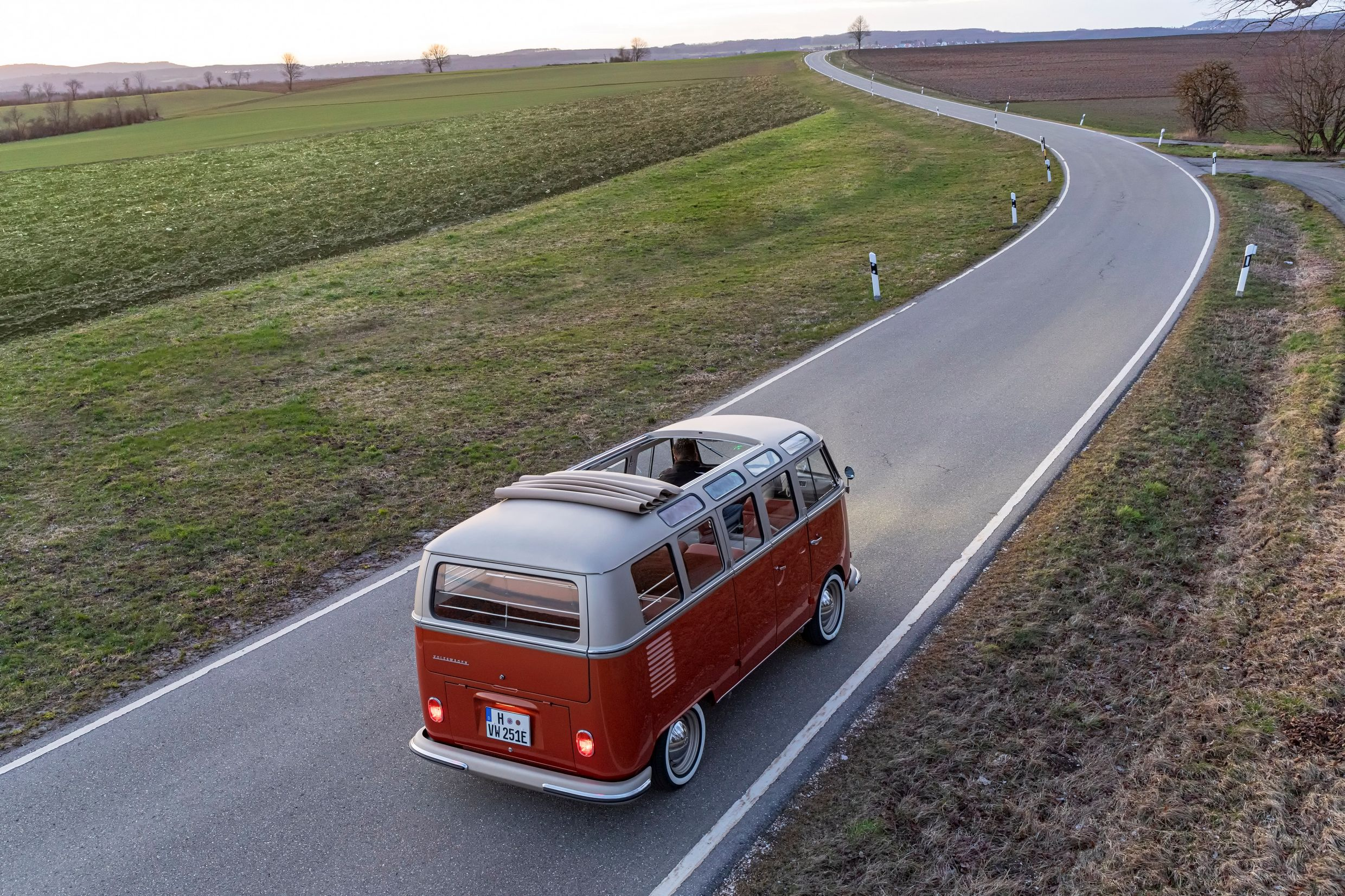 Volkswagen_Commercial_Vehicles_e-BULLI_concept-Large-11170